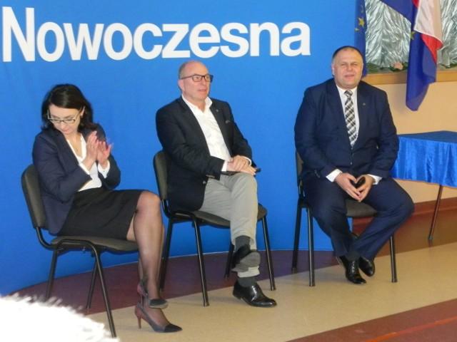 Posłowie .Nowoczesnej na spotkaniu z mieszkańcami Ostrowca świętokrzyskiego (od lewej): Kamila Gasiuk-Pihowicz, Jerzy Meysztowicz i Adam Cyrański.
