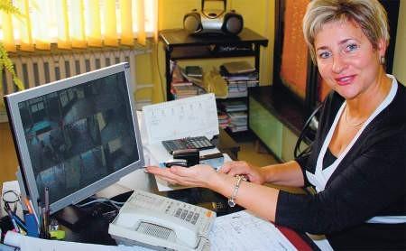 Dyrektor Szkoły Podstawowej nr 3 Teodozja Gorlewska w swoim gabinecie może obserwować, co się dzieje na terenie szkoły