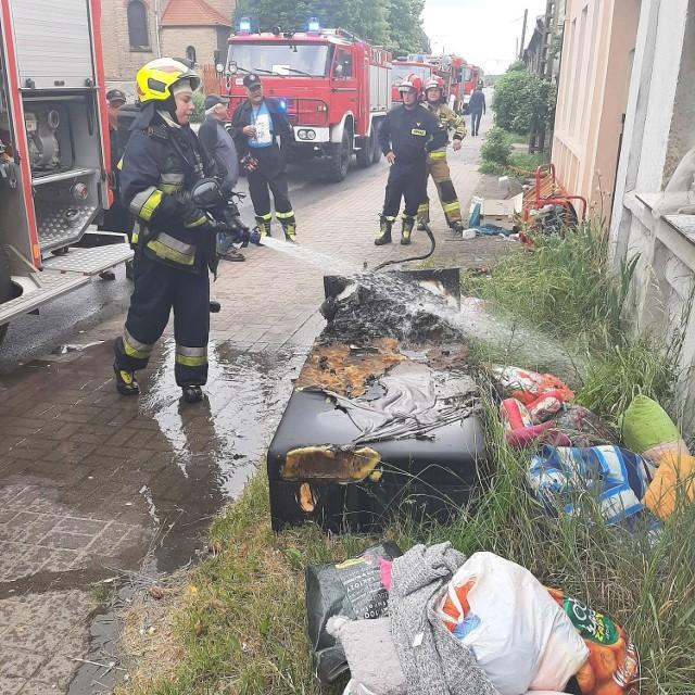 W gaszeniu pożaru w centrum Trzebiszewa wzięło udział kilka zastępów straży.