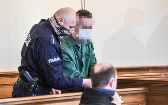 Proces 24-letniego Kamila G. oskarżonego o to, że we wrześniu 2019 roku w Rumi wypchnął z okna mieszkania na drugim piętrze swoją 80-letnią babcię