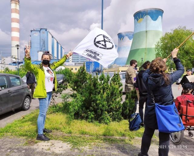 Członkowie Młodzieżowego Strajku Klimatycznego zaapelowali do rządu o wstrzymanie prac wybobywczych w kopalni w Turowie. Ich zdaniem, dalsze prace powodować będą jeszcze większe szkody środowiskowe.