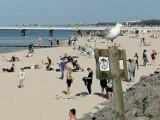 Piękna pogoda i tłumy w Kołobrzegu. Plażowanie, parawany, kosze i pierwsze kąpiele