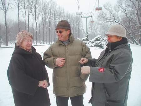 ? Mamy w WPKiW S.A. wspaniałe atrakcje, na przykład największą w Europie kolejkę nizinną ? podkreślają państwo Helena i Eugeniusz Noconiowie (z lewej), spacerowicze. Fot: MAGDALENA CHAŁUPKA