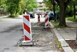"""Ulica Kośnego w Opolu pełna dziur! Kierowcy: """"Drogowcy zamiast je łatać, stawiają tylko pachołki!"""""""