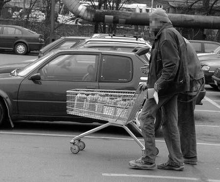 Bezdomni są często pijani i nieładnie pachną. Ludziom nie podoba się, że zaczepiają ich, gdy jadą z wózkiem. Fot. Wojciech Trzcionka