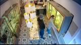 Napad na zakład jubilerski w Wieliczce. Sprawca użył gazu pieprzowego. Policja publikuje jego wizerunek i prosi o pomoc