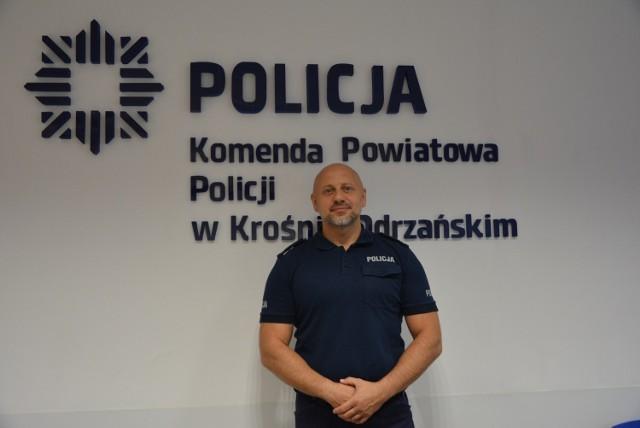 Mł. insp. Maciej Sipek, który na co dzień pełni funkcję I Zastępcy Komendanta Powiatowego Policji w Krośnie Odrzańskim w środowy wieczór, podczas rodzinnej wycieczki rowerowej zauważył przed sobą, jak osobowe renault z dużą prędkością przejeżdża przez rondo i wpada na plac zabaw.