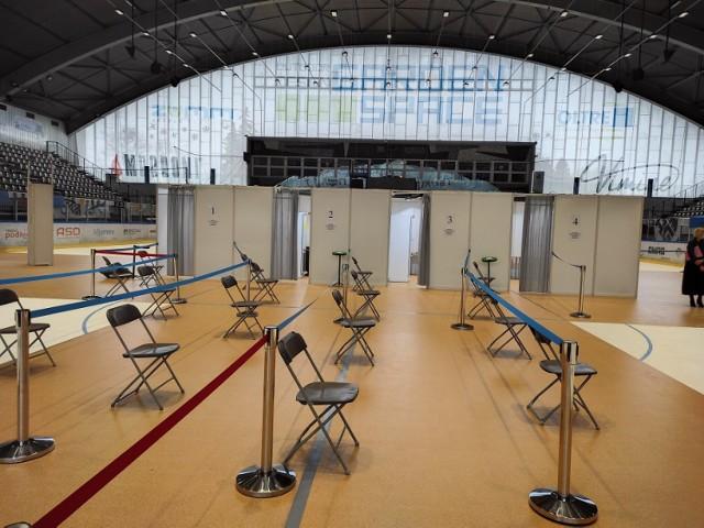 Punkt szczepień masowych w hali lodowiska w Oświęcimiu jest już przygotowany na przyjęcie chętnych. Osoby chcące się tutaj zaszczepić, mogą się już zarejestrować