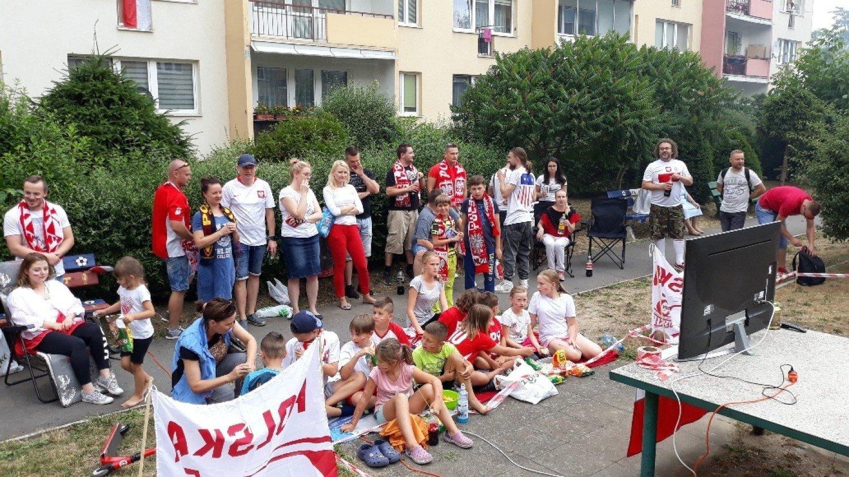 ebfff4952 Kilkadziesiąt osób, starszych i dzieci oglądało mecz w wyjątkowej, bo  sąsiedzkiej strefie kibica.