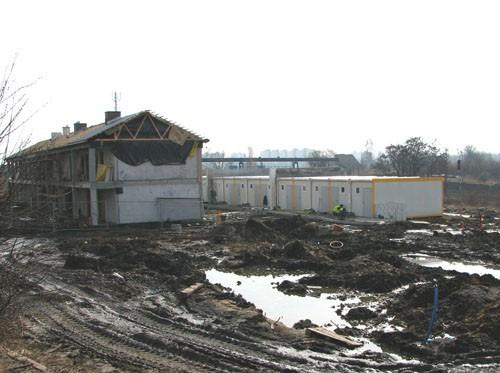 Budowa galeriowca trwa, a kontenery stoją puste