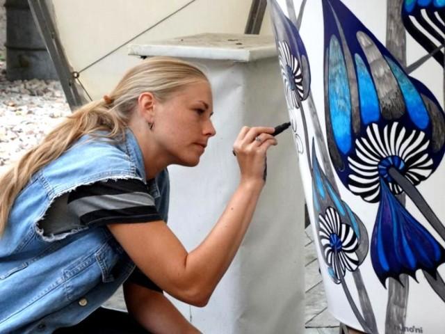 """Natalia Hołub i Maria Apoleika to łódzkie artystki, które wspierają akcję """"Wędrujące drzewa"""". W ozdobionych przez nie, donicach zasadzone zostaną drzewa, które """"odwiedzą"""" pięć miejsc na Starym Polesiu"""