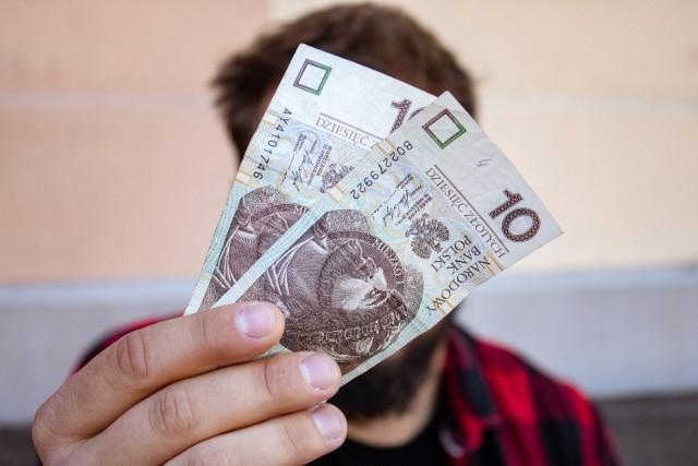 Papierowy banknot, który masz w portfelu, może być wart o wiele więcej niż świadczy o tym jego nominał. Warto to sprawdzić. Tym bardziej, że można to zrobić w bardzo prosty sposób.  CZYTAJ DALEJ >>>>>  CZYTAJ WIĘCEJ NA KOLEJNYCH SLAJDACH >>>
