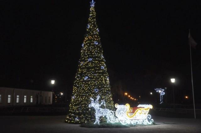 Od piątku 5 grudnia w koneckim parku błyszczy miejska choinka. Ale to nie jest jedyna typowo świąteczna ozdoba w naszym mieście. Ulice w ścisłym centrum przyozdobiono już kolorowymi, świecącymi iluminacjami.  Więcej zdjęć na kolejnych slajdach.