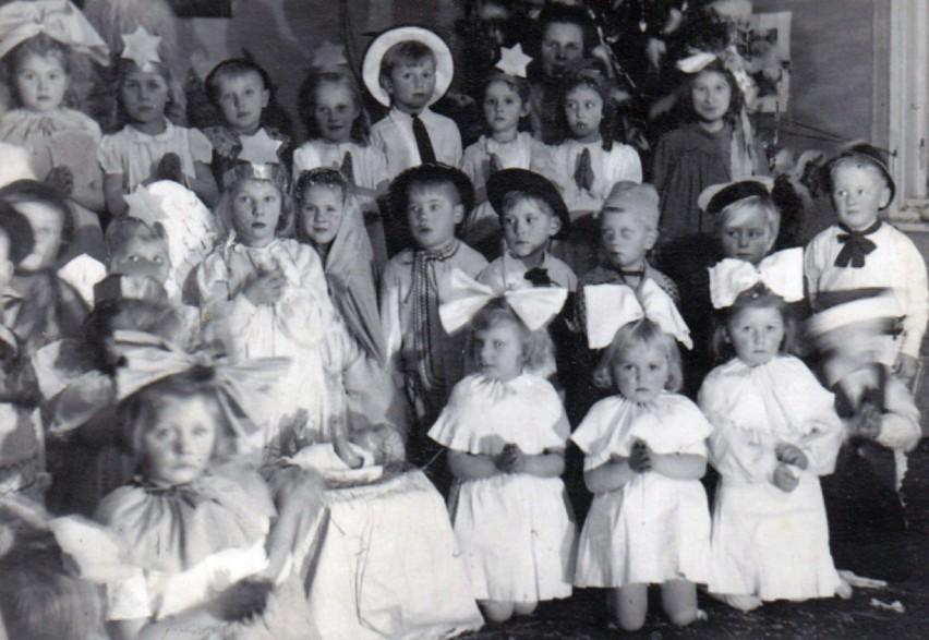 Rok 1947. Choinka w przedszkolu przy ulicy Wiejskiej.