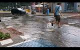 Ulewa w Pucku. Krótka, intensywna burza przepełniła kanalizację. Aleją Lipową w Pucku do portu płynęła rzeka deszczówki  | ZDJĘCIA, WIDEO