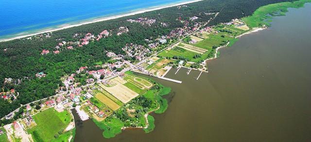Budowa kanału ma uniezależnić Polskę od konieczności korzystania z naturalnego przesmyku z Bałtyku na Zalew Wiślany - Cieśniny Pilawskiej, znajdującej się na terytorium rosyjskiego Obwodu Kaliningradzkiego. Zdaniem zwolenników, przekop miałby wpłynąć na rozwój portu w Elblągu. Z drugiej strony projekt przekopu budzi wiele kontrowersji, sprzeciwia mu się branża turystyczna, która obawia się zanieczyszczenia plaż i wód. Są także argumenty pokazujące brak uzasadnienia ekonomicznego tej inwestycji.   - Każdy może przyjść spotkanie konsultacyjne i ma prawo składania uwag i wniosków - mówi Anna Stelmaszyk-Świerczyńska, zastępca dyrektora Urzędu Morskiego w Gdyni. - Swoje opinie można przesyłać w terminie od 10 kwietnia do 10 maja, pod adres: Urząd Morski w Gdyni, ul. Chrzanowskiego 10, 81-338 Gdynia; e-mail: kanal_zeglugowy@umgdy.go.pl.