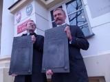 Władze Łowicza oddały tablice Łyszkowicom (FOTO)