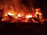 Pogwizdów koło Bochni. Kilkudziesięciu strażaków walczyło z pożarem stodoły. W drodze na akcje na podmokłym terenie ugrzązł wóz strażacki