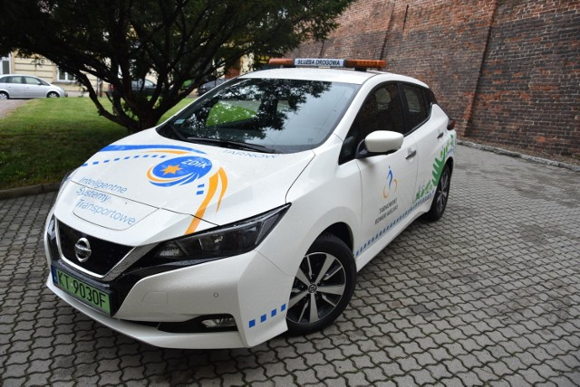 """Samochód elektryczny został oklejony logotypami i napisami: """"Inteligentne Systemy Transportowe"""", """"Tarnowski Rower Miejski"""", ZDiK"""