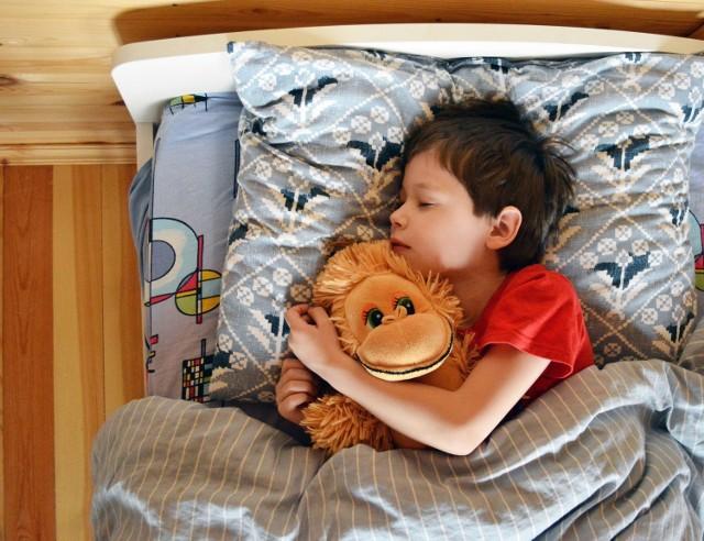 Zastanawiasz się, o której godzinie Twoje dziecko powinno chodzić spać, żeby następnego dnia było wypoczęte? Dziecko (podobnie jak dorosły), aby mieć energię na cały dzień, musi się wysypiać. W zależności od wieku, kilkuletnie dzieci powinny przesypiać od ponad 11 do prawie 10 godzin, gdy stają się nastolatkami. Pora, o której dziecko powinno chodzić spać zależy więc od godziny jego pobudki następnego dnia.  Zobacz w dalszej części galerii, jak długo powinno spać dziecko, w zależności od wieku. Aby przejść dalej, przesuń zdjęcie gestem lub naciśnij strzałkę w prawo.  Źródło: 5mindlazdrowia.pl