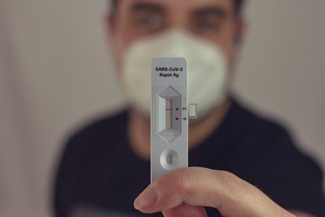 """CZYTAJ CAŁY RAPORT W LUBUSKIEGO >>>  W piątek 24 września potwierdzono dziesięć nowych przypadków koronawirusa w Lubuskiem. To liczba taka sama, jak tydzień wcześniej, więc wskaźnik zakażeń pozostał na poziomie 1,41 os. na 100 tys. mieszkańców.  WIDEO: """"Przestaliśmy się bać, lekceważymy zasady, rygory"""". Czwarta fala pandemii nabiera rozpędu   Cztery przypadki koronawirusa zostały potwierdzone w Zielonej Górze, po dwa w powiecie gorzowskim i nowosolskim, a po jednym zakażeniu odnotowano w powiecie świebodzińskim i w Gorzowie. Tak samo bez zmian wygląda sytuacja w lubuskich szpitalach. Tak jak dobę wcześniej zajętych jest 17 łóżek """"covidowych"""", a cztery osoby zostały podłączone do respiratora. W całej Polsce odnotowano 813 nowych przypadków koronawirusa. Poinformowano też o 14 zgonach związanych z COVID-19. Żadnego z nich nie było w naszym województwie.  Czytaj również: Osoby niezaszcepione bez prawa do zasiłku?"""