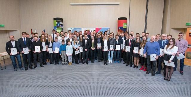 Tegoroczni stypendyści marszałka. Wśród nich są młodzi sportowcy z Inowrocławia i Kruszwicy.