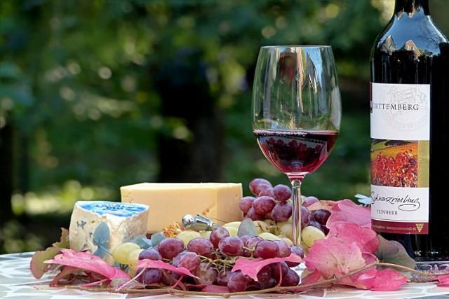 Według badań naukowych wino ma zbawienny wpływ na nasz organizm. Czerwone wino przeciwdziała miażdżycy, przyśpiesza metabolizm, a także ma działanie relaksacyjne. Jakie jeszcze korzyści dla naszego organizmu ma jego picie? Sprawdź w naszej galerii.