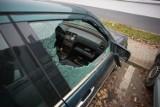 Wybite szyby i przecięte opony. Policja sprawdza kto zniszczył auta zaparkowane przy ul. Szczecińskiej w Słupsku [ZDJĘCIA]