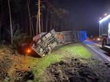 Wypadek na DK10 pod Bydgoszczą. Zderzyły się dwa pojazdy ciężarowe. Auto w rowie, zmiażdżona kabina kierowcy [zdjęcia]