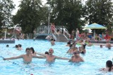 Tłumy w basenie, kolejka do zjeżdżalni i żar lejący się z nieba. Ostrowiecka Rawka od Nowa przeżywała w piątek oblężenie [DUŻO ZDJĘĆ]