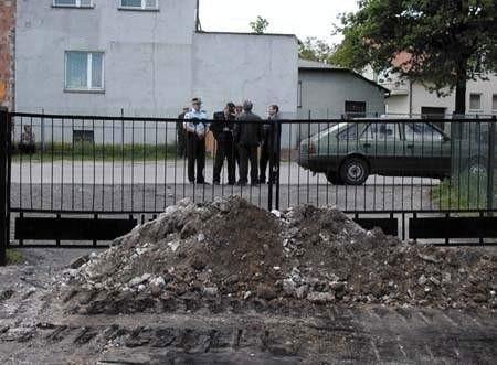 Gruz zatarasował bramę wjazdową. ZDJĘCIE: TOMASZ ZABOROWICZ