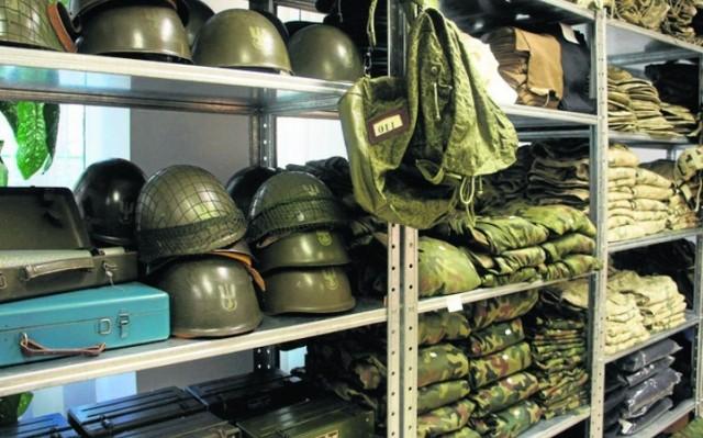 Agencja Mienia Wojskowego wyprzedaje na swojej stronie wiele nietypowych rzeczy. Mundury, hełmy, wojskowe berety, a nawet wojskowe naczynia - tego nie znajdziesz nigdzie indziej. Ceny zaczynają się już od 80 groszy. Przejdź do galerii i sprawdź, co wpadło nam w oko.   Wszystkie oferty pochodzą ze sklepu internetowego Agencji Mienia Wojskowego.  Zobacz wideo: Wyprzedaż w wojsku. Armia pozbyła się części starszego wyposażenia  Wideo: TVN24