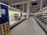 Sklep Tesco Extra w Silesii w Katowicach został o połowę zmniejszony. Dlaczego? Skurczona powierzchnia, opustoszałe półki. ZDJĘCIA