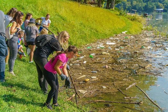 Wolontariusze posprzątali brzegi Jeziora Rożnowskiego. W wodzie pływały metalowe beczki, opony i mnóstwo szklanych i plastikowych butelek