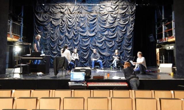 """Aktorzy """"Teatru Maska"""" podczas pierwszej próby w teatrze po pandemii."""
