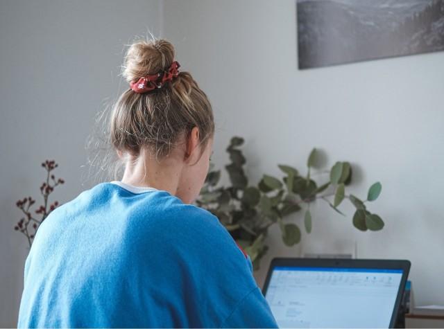 Przez koronawirusa popularność pracy zdalnej wzrosła skokowo. Dla osób, które przeszły na home office, kluczowe są: zarządzanie czasem i organizacja miejsca pracy.    Oto 10 zasad, które pozwolą zwiększyć efektywność pracy zdalnej.