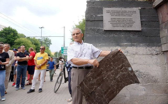 Zdzisław Serwin, dawny pracownik FSC Lublin, dokonał uroczystego odsłonięcia tablicy pamiątkowej poświęconej muralowi