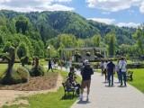 Muszyna. Tłumy turystów odwiedzają uzdrowisko w długi weekend. Atrakcyjne ogrody oblegane, to turystyczny hit! [ZDJĘCIA]