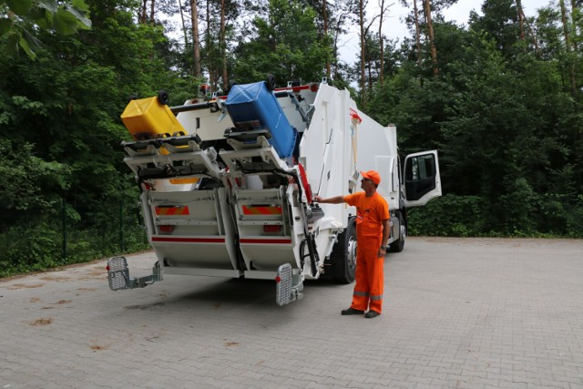 Nowoczesna dwukomorowa śmieciarka pojawiła się na ulicach gminy Psary   Zobacz kolejne zdjęcia/plansze. Przesuwaj zdjęcia w prawo - naciśnij strzałkę lub przycisk NASTĘPNE