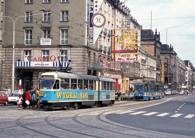 Pamiętacie Wrocław bez Galerii Dominikańskiej i Pasażu Grunwaldzkiego, bez fontanny na Rynku, bez korków, ale za to z czerwonymi autobusami? Zobaczcie 50 zdjęć Wrocławia sprzed niespełna trzydziestu lat. Tak wyglądało miasto w pierwszej połowie lat dziewięćdziesiątych. Wielu z tych miejsc moglibyśmy dziś nie poznać!  Zobacz zdjęcia, posługując się klawiszami strzałek, myszką lub gestami.