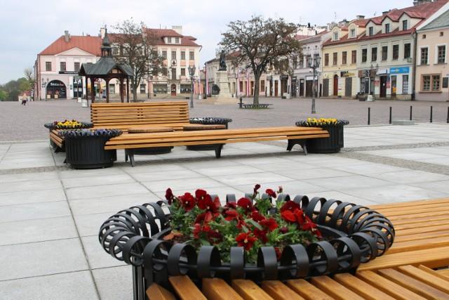 Na rzeszowskim Rynku w miejscu starej sceny pojawiły się dwa komplety ławek. To pomysł na tymczasowe zagospodarowanie wolnego miejsca.