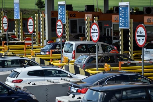 Okazuje się, że brak naklejki w samochodzie może skutkować bardzo wysokimi karami! Właściciel auta może otrzymać nawet ponad 1000 złotych mandatu.   WIĘCEJ NA KOLEJNYCH STRONACH>>>