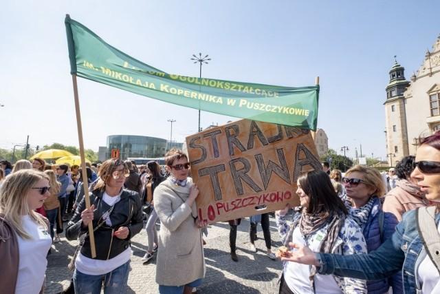 We wtorek o godz. 12 wielkopolscy nauczyciele wyruszyli z pl. Mickiewicza do urzędu miasta, by tam wręczyć prezydentowi Poznania list z żądaniem wypłaty pieniędzy za czas strajku.