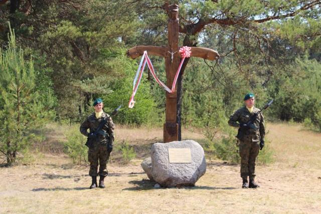 Odsłonięcie krzyża i pomnika w miejscu byłego obozu Stalag w Czarnem
