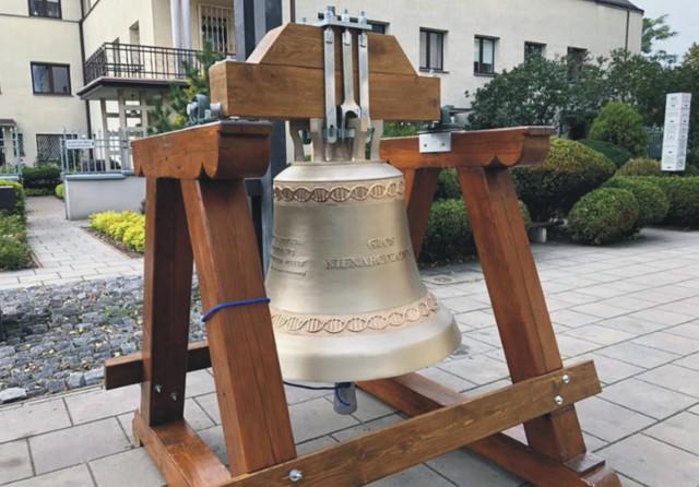 """Dzwon """"Głos Nienarodzonych"""" wyruszył w swoją pierwszą podróż po Polsce, do parafii pw. św. Stanisława Kostki w Warszawie."""