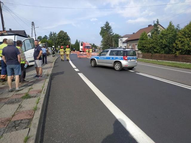 Uszkodzony gazociąg w Porębie. Ewakuowano mieszkańców domów jednorodzinnych oraz dzieci ze szkoły. Droga była zablokowana.  Zobacz kolejne zdjęcia. Przesuwaj zdjęcia w prawo - naciśnij strzałkę lub przycisk NASTĘPNE