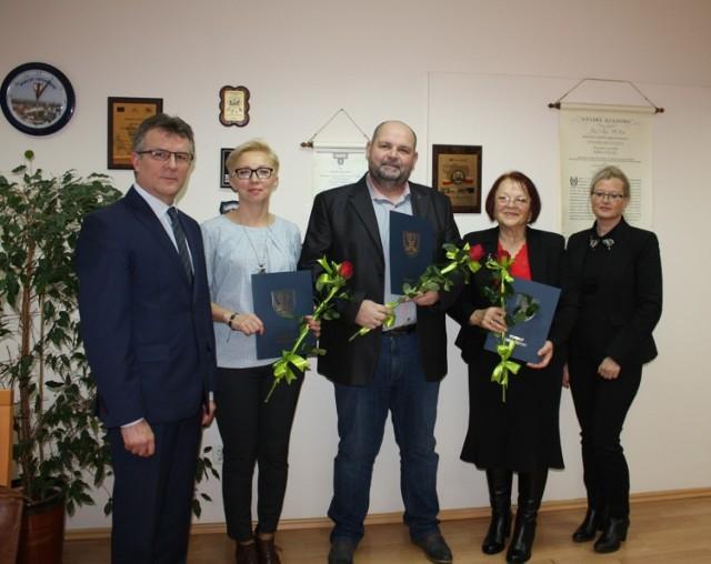 Starosta Zdzisław Gamański (z lewej) docenił wyróżniających się w pomocy społecznej (kolejno): Kata-rzynie Strzyżewskiej, Dariuszowi Jachowi i Marii Rostek. Z prawej - Ewa Wirosławska, szefowa PCPR.