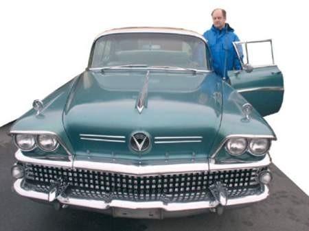 Zygmuntem Bieniek przy swoim wielkim amerykańskim wozie. U góry: Oryginalne radio samochodowe nadal gra. zdjęcia: Wojciech Trzcionka