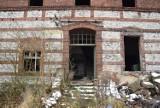 Opuszczony PGR w Woźnikach. Kiedyś wokół niego toczyło się życie całego miasta. Dzisiaj stoi i niszczeje, czekając na inwestora