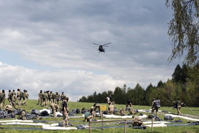 Skoki z helikoptera nad Pustynią Błędowską 6 Batalionu Powietrznodesantowego